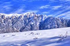 Céu azul, montanha nevado, inclinação do esqui Imagens de Stock Royalty Free