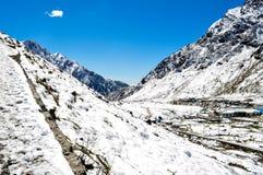 Céu azul na beleza da neve imagens de stock royalty free