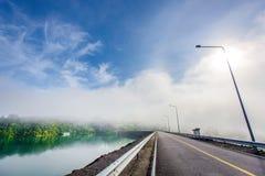 Céu azul na estrada da represa Fotos de Stock Royalty Free