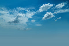 Céu azul natural com fundo da nuvem no dia de verão Imagens de Stock