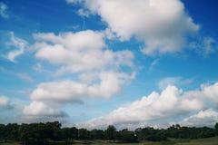 Céu azul natural com fundo da nuvem no dia de verão Foto de Stock Royalty Free