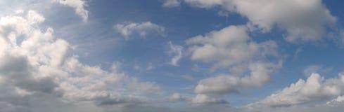 Céu azul natural com fundo da nuvem no dia de verão Fotografia de Stock