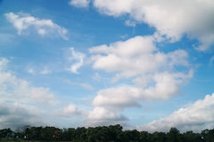 Céu azul natural com fundo da nuvem no dia de verão Fotos de Stock