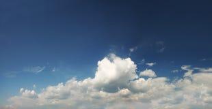 Céu azul nebuloso Fotografia de Stock