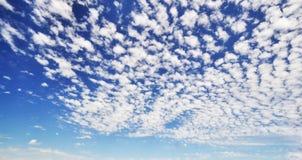 Céu azul nebuloso Imagem de Stock