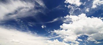 Céu azul nebuloso Imagem de Stock Royalty Free