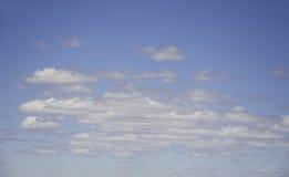 Céu azul nebuloso Imagens de Stock