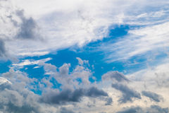 Céu azul nebuloso Fotos de Stock Royalty Free