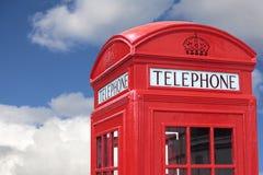 Céu azul nebuloso de caixa de telefone de Londres Imagens de Stock Royalty Free