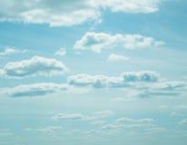 Céu azul, nuvens e luz do sol Imagens de Stock Royalty Free
