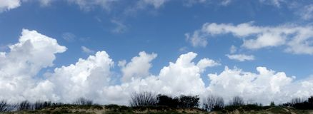 Céu azul panorâmico e nuvens Fotografia de Stock Royalty Free