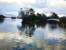 Céu azul, ponte e a reflexão do lago Foto de Stock Royalty Free