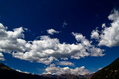 Céu azul proeminente sobre os alpes Imagem de Stock