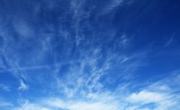 Céu azul profundo fotografia de stock royalty free