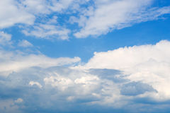 Céu azul profundo bonito com nuvens brancas Dia ensolarado Imagem de Stock