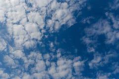 Céu azul profundo bonito com nuvens brancas Dia ensolarado Imagens de Stock