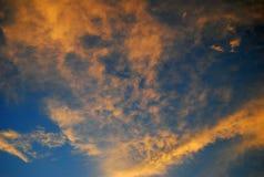 Céu azul profundo e nuvens alaranjadas imagem de stock royalty free