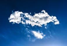 Céu azul profundo e nuvens brilhantes Fotografia de Stock
