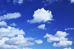 Céu azul profundo e nuvens pequenas dos lotes fotos de stock royalty free