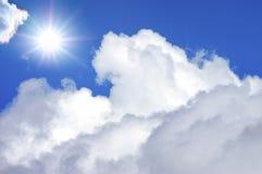 Céu azul profundo no dia ensolarado Fotos de Stock Royalty Free
