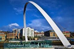 Céu azul que pensa na ponte do milênio de Gateshead foto de stock royalty free