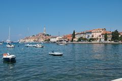 Céu azul que pensa no porto croata de Rovinj, um porto de pesca na costa oeste da Croácia fotos de stock royalty free