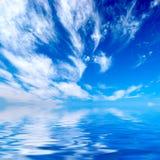 Céu azul sobre a água Foto de Stock Royalty Free