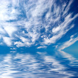 Céu azul sobre a água Imagem de Stock Royalty Free
