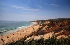 Céu azul sobre a extremidade sul a mais distante da praia de Crystal Cove imagens de stock royalty free
