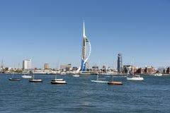 Céu azul sobre a margem de Portsmouth, Inglaterra Reino Unido fotografia de stock royalty free