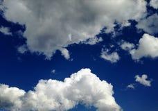 Céu azul surpreendente com as nuvens brancas perfeitas fotos de stock royalty free