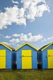 Céu azul vibrante do verão do agsinst das cabanas da praia Fotos de Stock Royalty Free