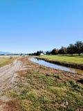 Céu azul Washington da casa da quinta do campo do córrego fotografia de stock
