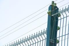 Céu bonde azul de Against Cloudy Overcast da cerca foto de stock