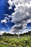 Céu bonito acima do parque em Paris na mola imagens de stock