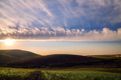 Céu bonito com as nuvens no campo montanhoso Imagem de Stock