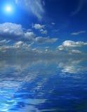 Céu bonito com feixes solares na reflexão. Foto de Stock
