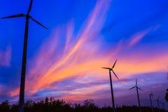 Céu bonito com turbinas eólicas Imagens de Stock Royalty Free