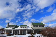 Céu bonito da casa e do bule Fotografia de Stock Royalty Free