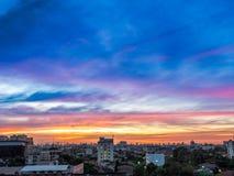 Céu bonito da cor na paisagem da cidade fotos de stock