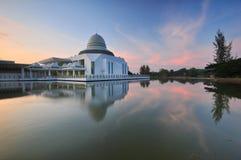 Céu bonito do alvorecer sobre a mesquita de flutuação Imagens de Stock Royalty Free