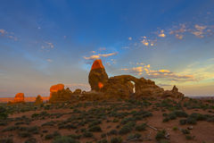 Céu bonito do nascer do sol sobre o arco da torreta Fotos de Stock