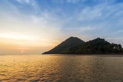 Céu bonito do por do sol sobre a montanha, o mar e a praia foto de stock royalty free