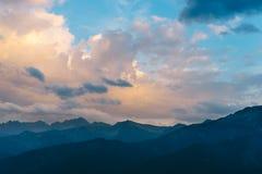 Céu bonito do por do sol sobre montanhas de Tatra Fotos de Stock Royalty Free
