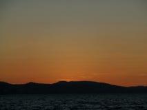 Céu bonito do por do sol sobre o Mar do Norte antes da meia-noite de Bergen, Noruega Foto de Stock