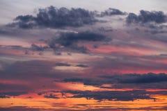 Céu bonito do por do sol com nuvens Fotografia de Stock