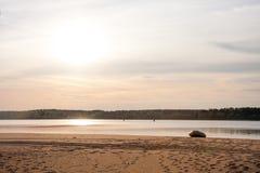 Céu bonito do por do sol pela praia com barco amarrado, Rússia - Volga fotos de stock