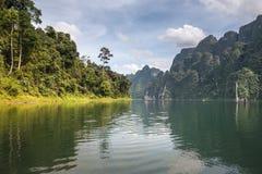Céu bonito do rio do lago das montanhas e atrações naturais no KH Imagem de Stock