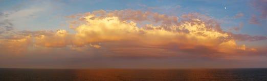 Céu bonito e colorido do por do sol com lua Foto de Stock Royalty Free