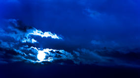 Céu bonito escuro Por do sol Sun Nuvens de flutuação rápidas por do sol gelado do inverno real no campo couds da silhueta Foto de Stock